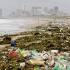 Plasticul a invadat plajele din Africa de Sud