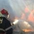 Pompieri din două județe au intervenit pentru a stinge un incendiu la un depozit