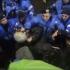 Jandarm filmat când loveşte cu pumnii în protestatari în Piaţa Universităţii