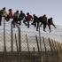 Alte câteva sute de imigranți au trecut peste barieră în Maroc