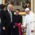 Trump, criticat de doi apropiați ai papei