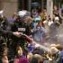 Polițiști răniți și persoane reținute, în urma unor proteste violente